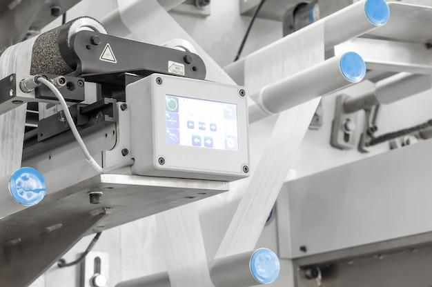Оборудование и механизм с движущейся тканевой лентой на роликах