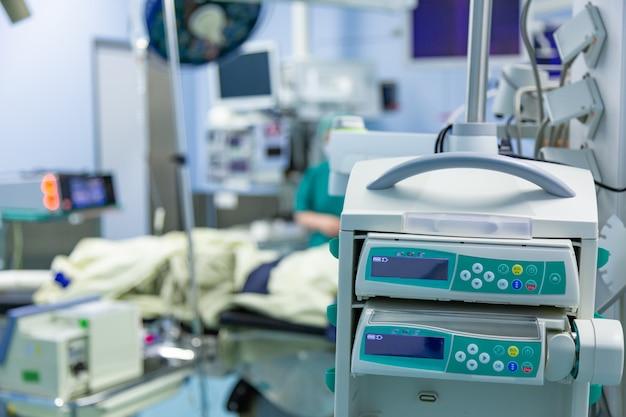 Оборудование и медицинские приборы в современной операционной берут с художественным освещением и синим фильтром
