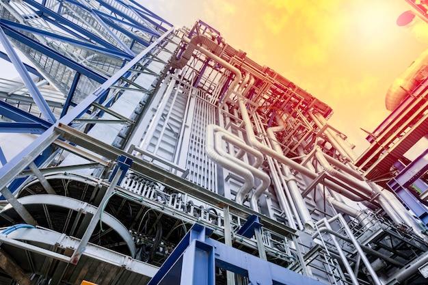 産業用発電所の内部に見られる機器、ケーブル、および配管の断熱材