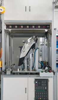 Оборудование испытывает автомобильные фары на герметичность заводское оборудование контроля качества фар