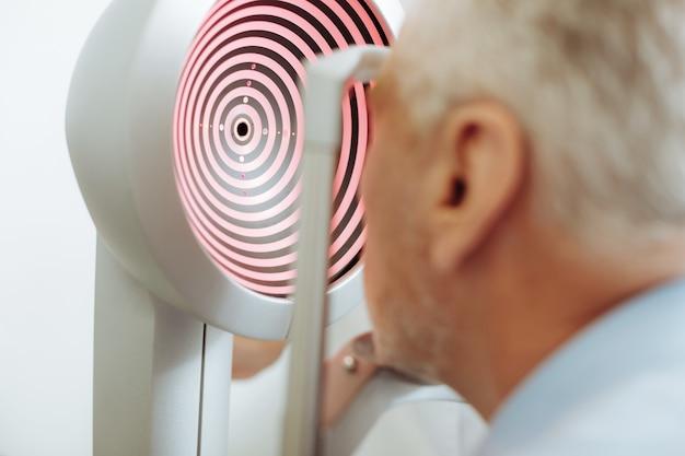 Оборудование для анализа. крупным планом современного оборудования для анализа зрения, стоя в светлой комнате