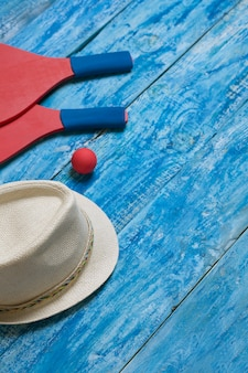 푸른 나무 테이블에 비치 테니스를위한 장비