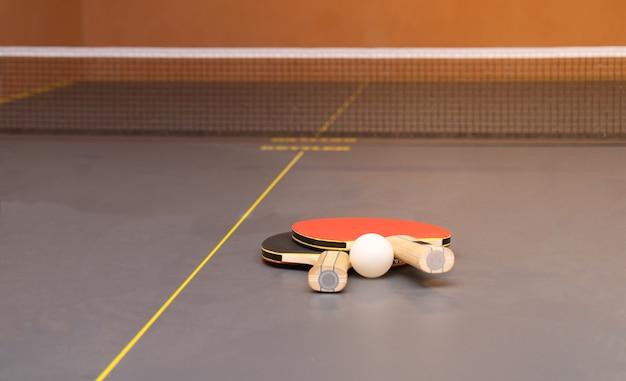 Оборудование для настольного тенниса - ракетки, мяч, стол, сетка.