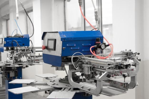 縫製工場への布の型の生産のための装置