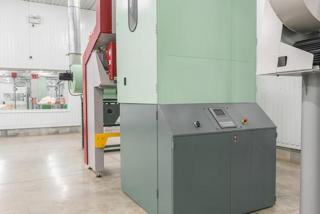 Оборудование в цехе обработки на текстильной фабрике