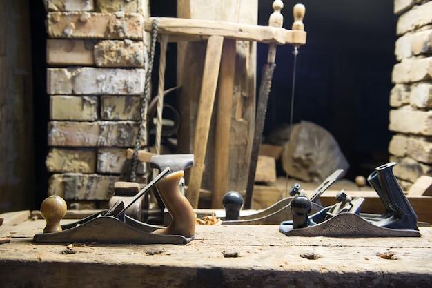 고대 악기 복원 작업장 장비
