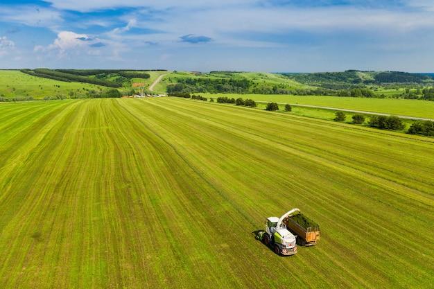 Оборудование готовит еду на полях на фоне голубого неба, взятого сверху дроном Premium Фотографии