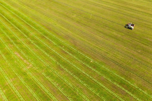 Оборудование готовит еду на полях, взятых сверху квадрокоптером Premium Фотографии