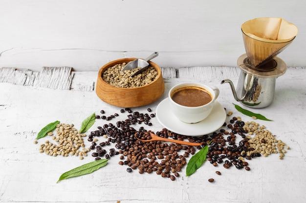 一杯のコーヒーでコーヒードリフトとコーヒー豆を淹れるために使用される機器