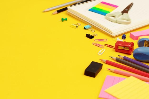 Оборудование различных цветов, используемое в работе с документами, оформление должно быть красивым, современным.