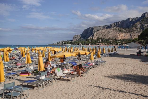シチリア島のパレルモにあるモンデッロの設備の整ったビーチ