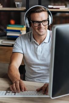 직업을위한 장비. 사무실에서 하루를 보내는 동기 부여 된 정통한 창의적인 사람
