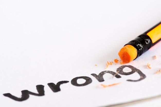 Устраните слово «неправильно» с резиновой концепцией устранения ошибки, ошибки.