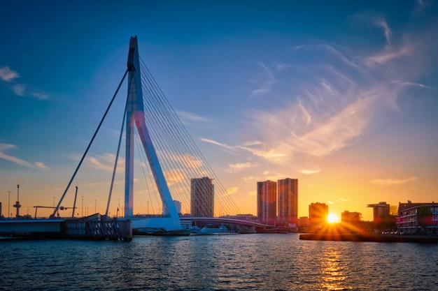 日没、ロッテルダム、オランダのエラスムス橋