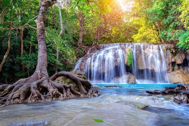 Водопад эраван в таиланде. красивый водопад с изумрудным бассейном на природе.