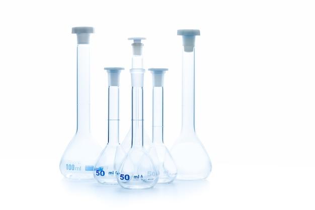 反射分離された化学実験用ガラス器具および科学機器の概念に関する三角フラスコ