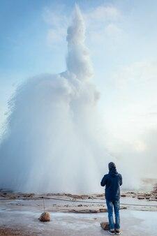 冬のアイスランドの噴水型間欠泉、ストックルの噴火