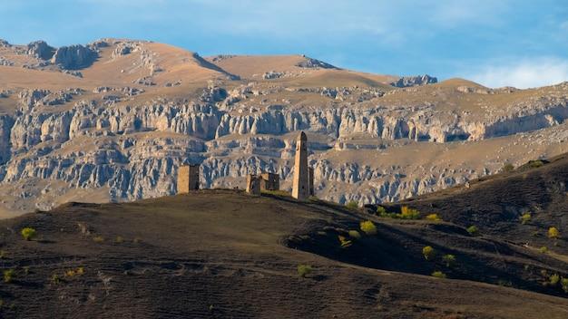 Комплекс башен эрзи впечатляющая скалистая стена кавказских гор на заднем плане вид с воздуха