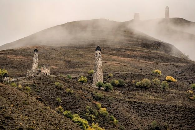 Комплекс башен эрзи в ингушетии россия старый каменный башенный комплекс туман спускается сверху