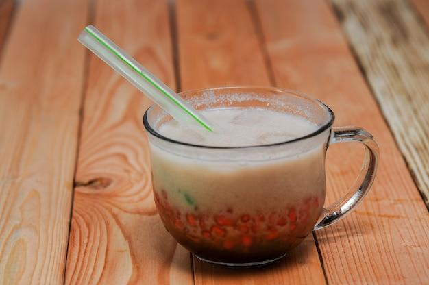 Es cendol 또는 dawet는 쌀가루 야자 설탕 코코넛으로 만든 인도네시아 전통 아이스 디저트입니다.