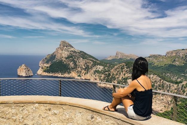 スペイン・マヨルカ島のケープフォルメンタービューを探しているes colomerバルコニーの女。
