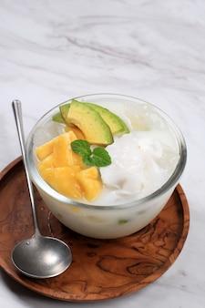 Es teler, 달콤한 코코넛 물에 열대 과일 칵테일과 그릇에 제공되는 연유로 만든 인도네시아 전통 아이스 디저트