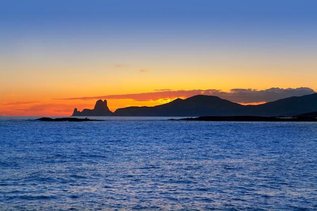 バックグラウンドでes vedraとイビサ島の夕日
