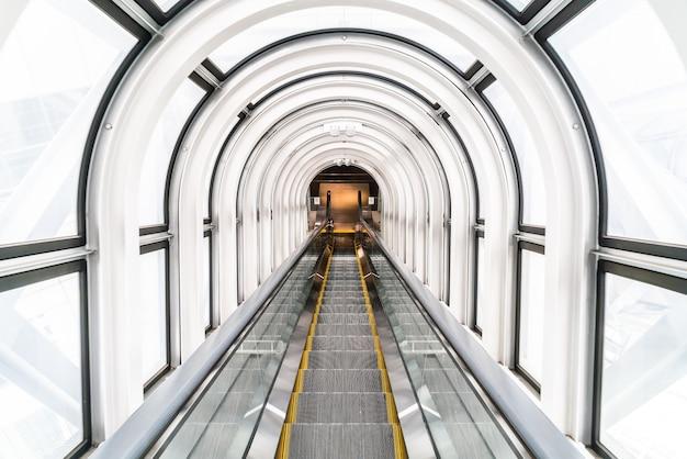 Эскалатор в плавучий здании сад обсерватории
