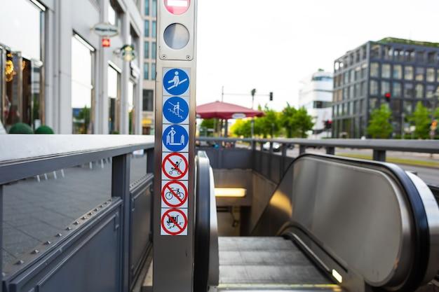 Эскалатор с подземного перехода на улицу города. забота о пешеходах.