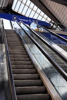 터미널 패널이있는 프랑스 공항의 에스컬레이터