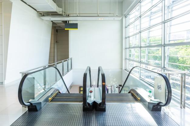 Эскалатор в комнате со стеклом
