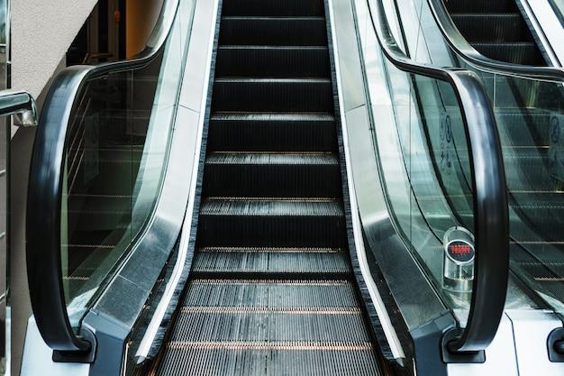 Эскалаторный подъем по ступеням в залах ожидания станции. подъем по лестнице