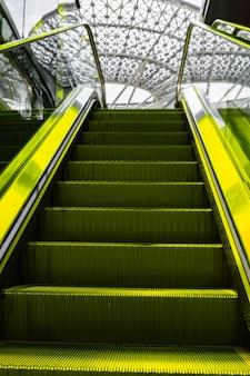 에스컬레이터 계단은 쇼핑몰에서 닫힙니다.