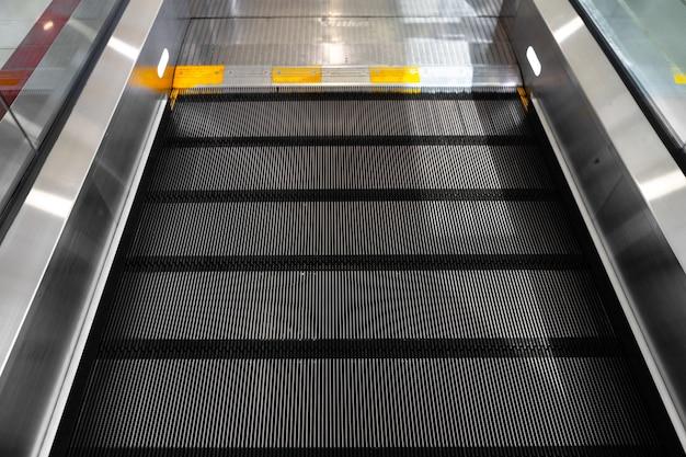 에스컬레이터 계단은 쇼핑몰에서 사진을 닫습니다.