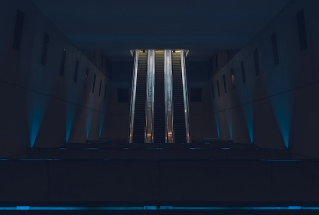 夜の地下鉄駅のエスカレーター