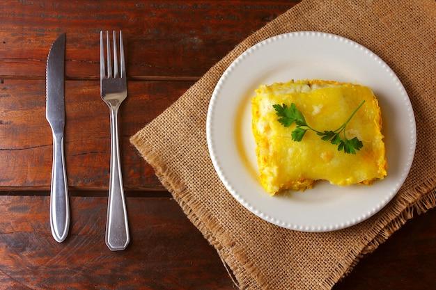 Пастушья пирог (escondidinho из курицы) - очень популярное блюдо в штатах северо-восточной бразилии. сделано из высушенного на солнце мяса или измельченной курицы с пюре из маниоки. вид сверху