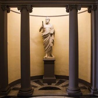 医学の神、エスクレピオス。古いイタリアの薬局の入り口近くの像。