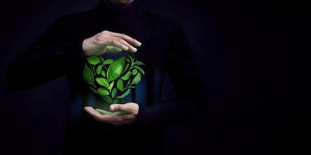 Концепция esg green leaf как форма сердца, защищенная нежным жестом, возобновляемая и экологичная