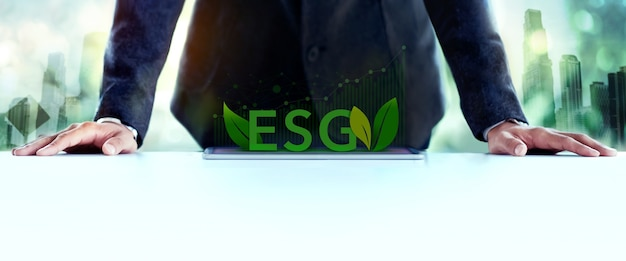 Esg, концепция заботы об экологии. экологическое, социальное и корпоративное управление. бизнесмен, планирующий проект esg на планшете. зеленая энергия, возобновляемые и устойчивые ресурсы.