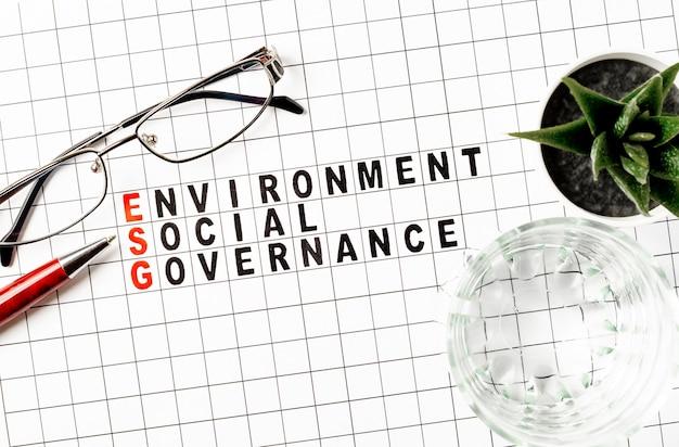 Esg. экологическая социальная и бизнес-концепция управления. текст на бумаге. плоская планировка
