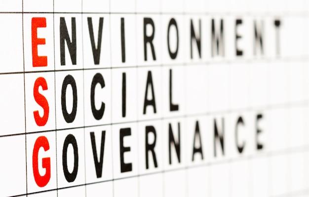 Esg. экологическая социальная и бизнес-концепция управления. текст на бумаге. выборочный фокус, вид сбоку