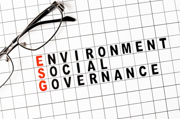 Esg. экологическая социальная и бизнес-концепция управления. текст на бумаге.