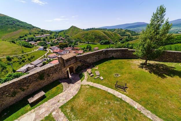 Эспланада замка внутри стены и город внизу в долине. argueso santander.