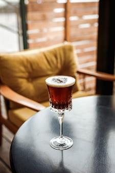 Коктейль эспрессо с кофейным ликером в красивом бокале в баре