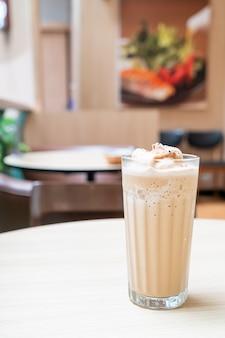 コーヒーショップのカフェやレストランのテーブルにブレンドされたエスプレッソコーヒー