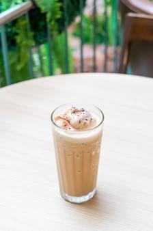 Кофе эспрессо, смешанный на столе в кафе и ресторане