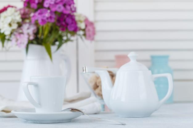 ボケライト、レジャーライフスタイルコンセプトカフェの木製テーブルの上のエスプレッソコーヒーカップ