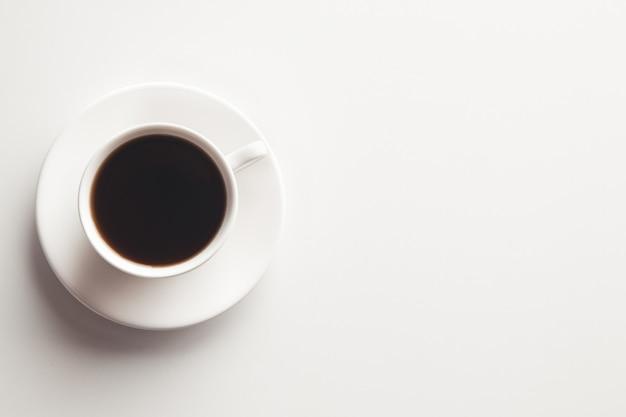 에스프레소 커피. 컵에 흰색 배경에. 외딴. 상위 뷰