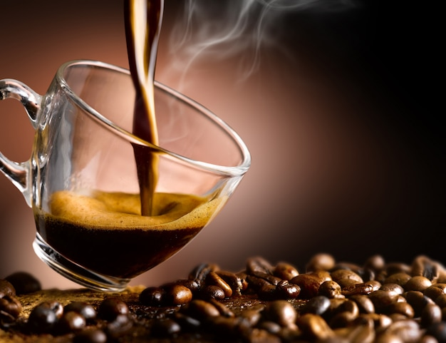 에스프레소 커피는 유리 컵에 부어