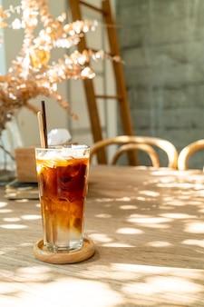 Кофе эспрессо с кокосовым соком в кафе-кафе